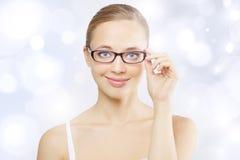 Tragende Brillen des Mädchens Lizenzfreie Stockfotos