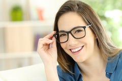 Tragende Brillenaufstellung der Schönheitsfrau Lizenzfreie Stockfotos