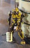 Tragende Brotdose des gelben Roboters auf einer Straße stockfotografie