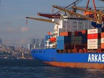 Tragende Container des Frachtschiffs Lizenzfreie Stockfotos