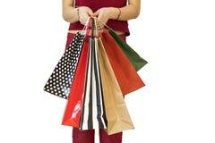 Tragende Einkaufstaschen der Frau auf weißem Hintergrund lizenzfreie stockfotografie