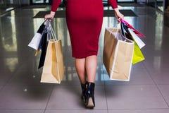 Tragende Einkaufstaschen der Geschäftsfrau während gehendes Mall Lizenzfreies Stockfoto