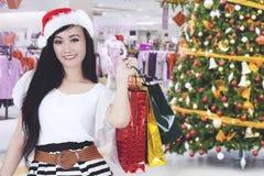 Tragende Einkaufstaschen der Schönheit im Mall stockfoto