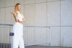 Tragende Erntespitze und -Hosenröcke der Frau lizenzfreie stockfotografie