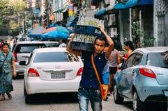 Tragende Flaschen eines Mannes in Rangun lizenzfreies stockbild