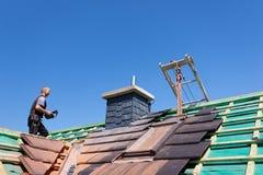Tragende Fliesen des Roofer stockfotografie
