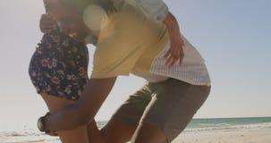 Tragende Frau des Mannes auf seinen Schultern am Strand 4k stock video