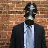 Tragende Gasmaske des Geschäftsmannes. Stockbild