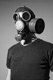 Tragende Gasmaske des Mannes Stockfotografie