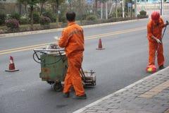 Tragende gelbe Kleidung des Straßenpersonals in SHENZHEN, CHINA Stockfotos