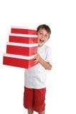 Tragende Geschenkkästen des aufgeregten Kindes lizenzfreie stockfotos