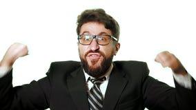 Tragende Gläser des bärtigen Geschäftsmannes und ein Anzug auf einem weißen Hintergrund stock video