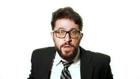 Tragende Gläser des bärtigen Geschäftsmannes und ein Anzug auf einem weißen Hintergrund stock footage