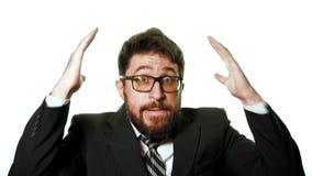 Tragende Gläser des bärtigen Geschäftsmannes und ein Anzug auf einem weißen Hintergrund stock video footage