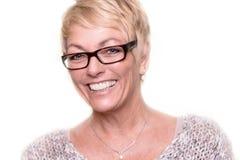 Tragende Gläser der glücklichen attraktiven blonden Frau Stockbilder