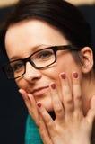 Tragende Gläser der glücklichen Frau Lizenzfreie Stockfotos
