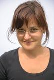 Tragende Gläser der jungen Frau Stockfoto
