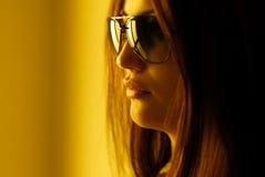 Tragende Gläser der schönen Frau Lizenzfreie Stockfotos