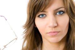 Tragende Gläser der schönen jungen Geschäftsfrau Stockfoto