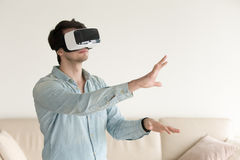 Tragende Gläser der virtuellen Realität des jungen Mannes, VR-Kopfhörer für smartp Stockfotografie