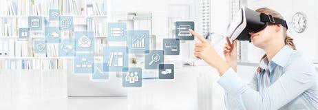 Tragende Gläser der virtuellen Realität der Frau im Büro, Hand, die t zeigt Stockbild