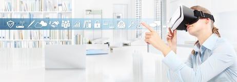 Tragende Gläser der virtuellen Realität der Frau im Büro, Hand, die t zeigt Lizenzfreie Stockfotos