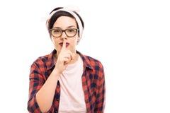 Tragende Gläser des jungen hübschen Pin-up-Girl, die stille Geste zeigen lizenzfreie stockfotos