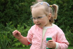 Tragende Gläser des Mädchens lizenzfreie stockfotos