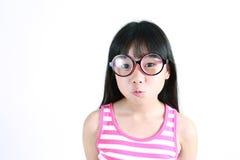 Tragende Gläser des recht asiatischen Mädchens Lizenzfreie Stockfotos