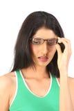 Tragende Gläser des schönen Mädchens stockbilder