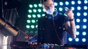Tragende Gläser eines DJ auf einem Mischerstand stock footage