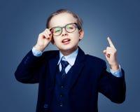 Tragende Gläser Hansome-Jungen und ein schwarzer Anzug Lizenzfreies Stockfoto