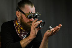 Tragende Gläser Steampunk-Mannes stockbild