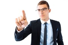 Tragende Gläser und Anzug des Geschäftsmannes, ein eingebildetes scre berührend lizenzfreie stockfotos
