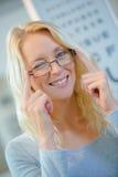 Tragende Gläser und Blinzeln der Porträtfrau Lizenzfreies Stockbild
