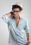 Tragende Gläser und Hut des attraktiven Mannes Stockbild