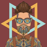 Tragende Glastätowierung des jungen Hippie-Mannes Stockbild