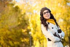 Tragende Gläser der glücklichen Modefrau im autum Stockfotografie