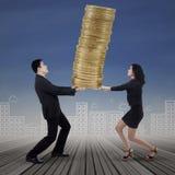 Tragende Goldmünzen des Geschäftsteams Lizenzfreie Stockfotos