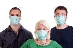 Tragende Grippeschablonen der jungen Leute Lizenzfreies Stockbild