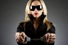 Tragende Handschellen der Frau Lizenzfreie Stockbilder