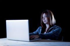 Tragende Haube der jungen attraktiven jugendlich Frau auf dem Zerhacken des Laptop-Computer Internetkriminalität Cyber-Verbrechen Lizenzfreies Stockbild