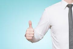 Tragende Hemd- und Bindungsdaumen des Mannes oben Lizenzfreie Stockfotografie