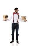 Tragende Hosenträger des Mannes mit Stapel Büchern Lizenzfreies Stockbild