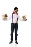 Tragende Hosenträger des Mannes mit Stapel Büchern Stockfotografie