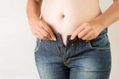 Tragende Jeans der überladenen fetten Frau Dünne Jeans auf einem gesunden nehmen geeigneten Körper ab Dünne Jeans auf einem gesun stockbild