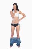 Tragende Jeans der nachdenklichen Frau, die unten fallen, weil die verlorenen shes wiegen Lizenzfreie Stockfotografie
