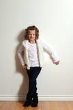 Tragende Jeans des kleinen Mädchens und Pelzweste Lizenzfreies Stockbild