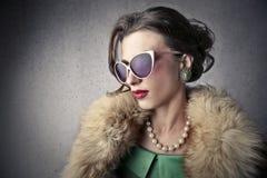 Tragende Juwelen der noblen Frau und ein Pelzmantel Stockfotografie