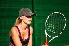 Tragende Kappe der Frau, die Tennis spielt und auf den Service wartet Lizenzfreie Stockfotografie